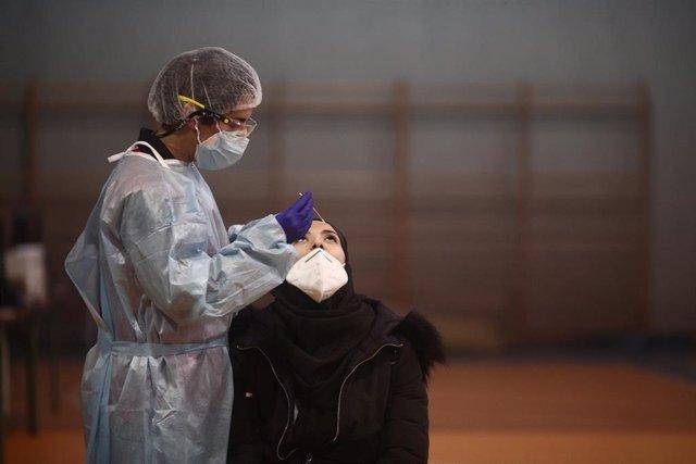 Un sanitario realiza test de antígenos de detección del covid en la Zona Básica de Salud de Felipe II, en Móstoles..