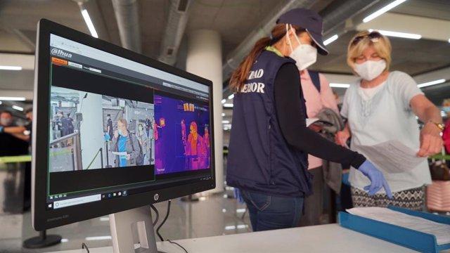 Turistas en el aeropuerto de Palma pasando por controles sanitarios.