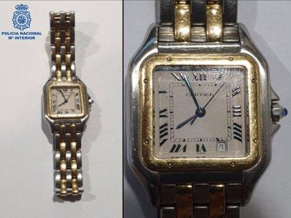 Se hace pasar por la pareja de su hijo para vender por internet un reloj robado
