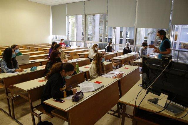 Ambiente en la Facultad de Empresariales de la Universidad de Granada (UGR) en una foto tomada el pasado 14 de octubre