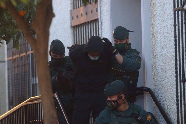 Salida de los juzgados de Fuengirola de 'El melillero', detenido por supuestamente rociar con ácido a su exnovia y una amiga.