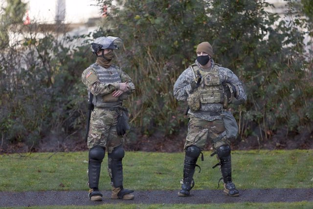 17 January 2021, US, Washington: National Guard members stand guard at the Washington State Capitol Building ahead of the upcoming inauguration of President-elect Joe Biden on 20 January 2021 amid threats of violent events taking place. Photo: Paul Christ