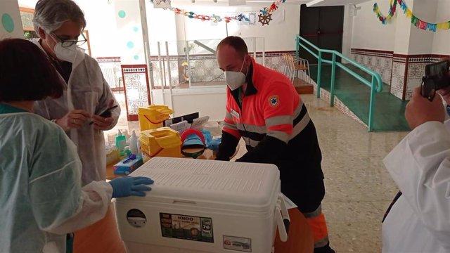 Llegada de vacunas a una residencia de mayores en Andalucía. (Foto de archivo).