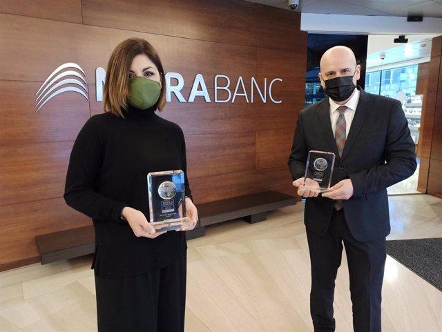 Jessica Reynoso, directora de Innovación Digital y Experiencia de Cliente de MoraBanc, e Ignasi Martín, director del área Experiència Global de Cliente, sostienen los premios.