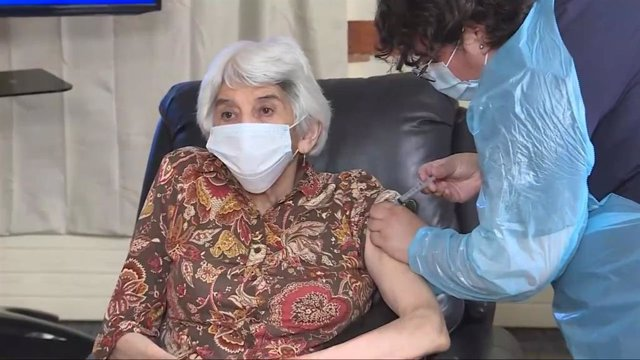 Chile comienza a vacunar a los adultos mayores con Laura Areyuna, de 76 años.