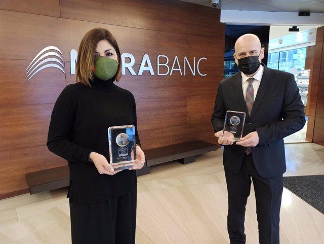 Jessica Reynoso, directora d'Innovació Digital i Experiència de Client de MoraBanc, i Ignasi Martín, director d'Experiència Global de Client de l'entitat, sostenen els premis.