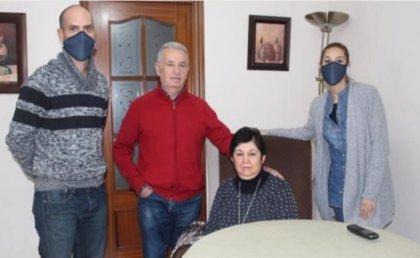 La hija de la enferma cordobesa de esclerosis a la que se retiró el tratamiento pide a Juanma Moreno que intervenga