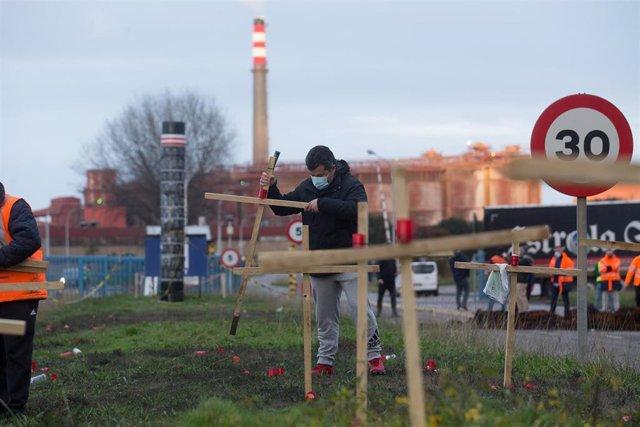 Trabajadores de Alcoa San Cibrao celebran la anulación del TSXG del ERE de la empresa y queman las cruces del velatorio simbólico que semanas atrás habían instalado en el recinto de la fábrica, en Cervo, a 17 de diciembre de 2020
