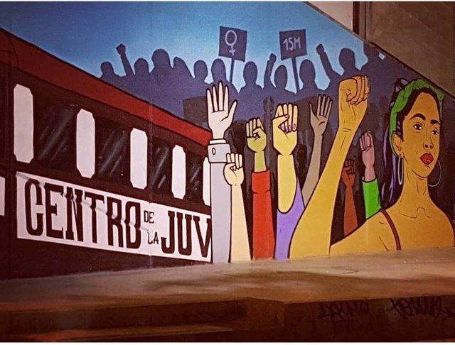 Mural al 15M en la plaza de Oporto, en Carabanchel