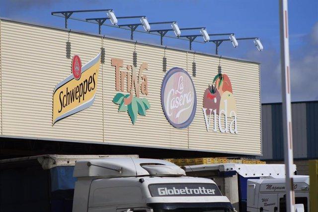 Plano detalle, del cartel que hay sobre el puerto de descarga, en la fabrica de schweppes