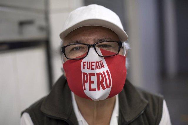 Imagen de archivo de un hombre en plena crisis del coronavirus en Perú
