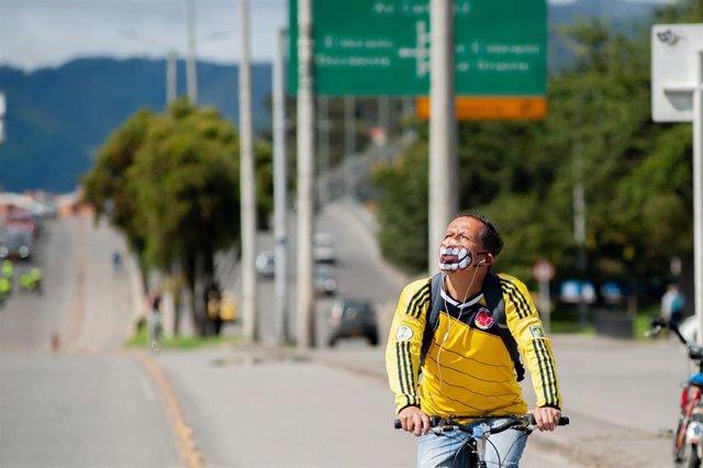 Un hombre con mascarilla en bicicleta en Colombia