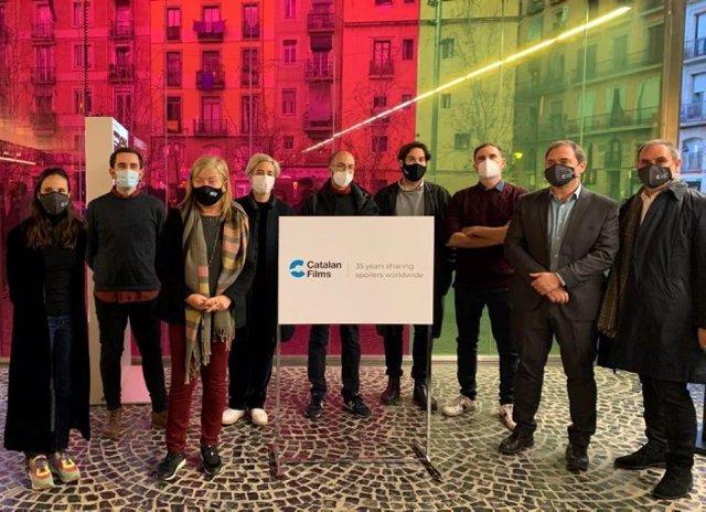La consellera de Cultura, Àngels Ponsa, amb els seleccionats al programa Shortcat, amb la nova imatge de Catalan Films
