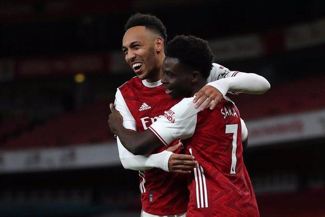Saka y Aubameyang celebran el 2-0 en el Arsenal-Newcastle de la Premier League 2020-2021