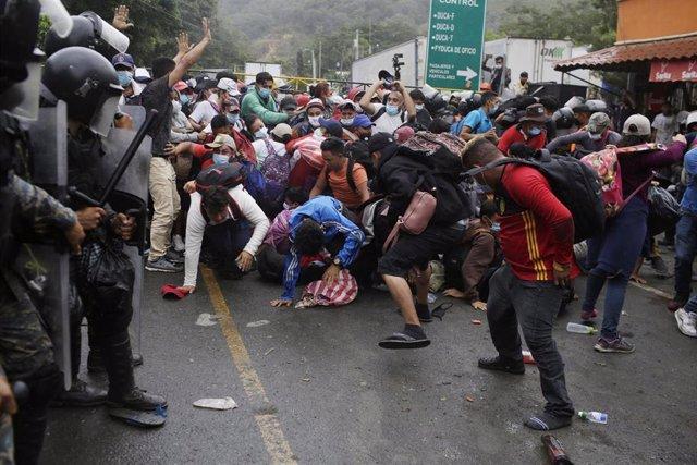 Enfrentamiento entre los cuerpos de seguridad de Guatemala y la caravana de migrantes  hondureños en su entrada al país.