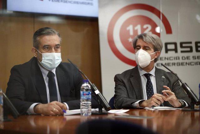 Enrique López junto al consejero Ángel Garrido
