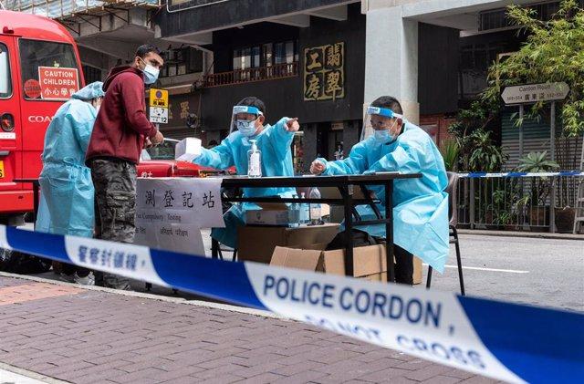 Las autoridades de Hong Kong han decretado pruebas obligatorias de coronavirus para miles de residentes de varios bloques de edificios en toda la ciudad.