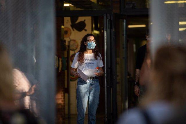 Una profesora con mascarilla a las puertas de un colegio durante el primer día del curso escolar 2020-2021, en Barcelona, Catalunya (España), a 14 de septiembre de 2020.