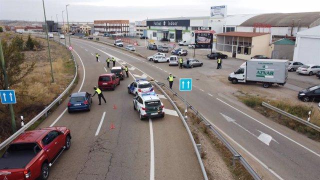 Control de la Guardia Civil de Tráfico en una carretera