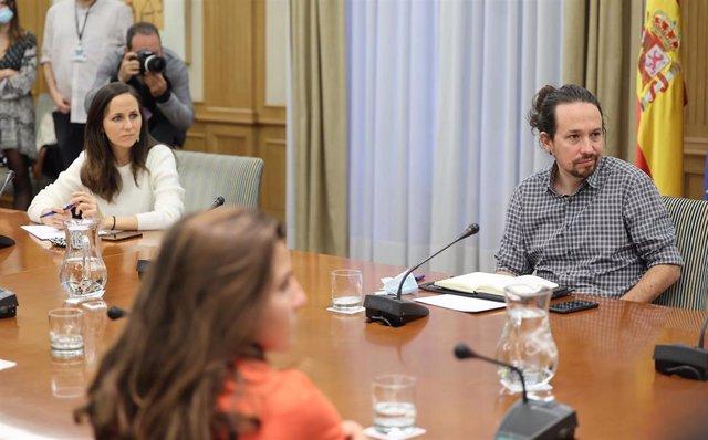 El vicepresidente segundo del Gobierno, Pablo Iglesias, y la secretaria de Estado para la Agenda 2030 y secretaria de Coordinación Ejecutiva de Podemos, Ione Belarra, durante su reunión con el sindicato de inquilinos.