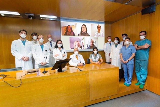 Investigadores de la Clínica Universidad de Navarra y de IS Global (en la pantalla) que han realizado un estudio sobre el uso de la ivermectina para reducir la transmisión viral en pacientes con Covid-19.
