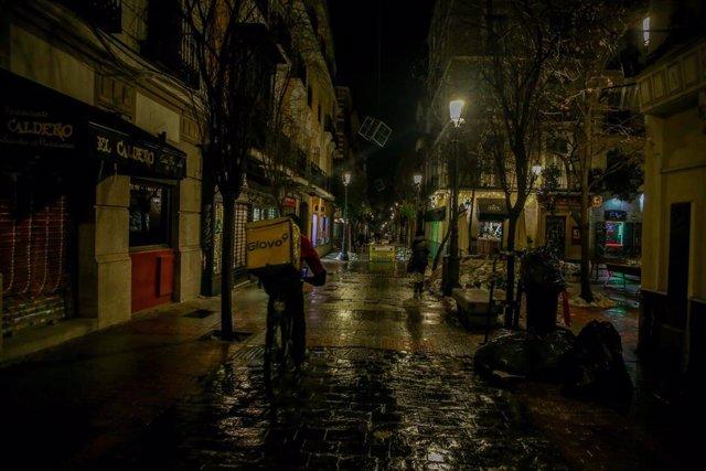 Un repartidor de Glovo circula por una calle. Foto de archivo.