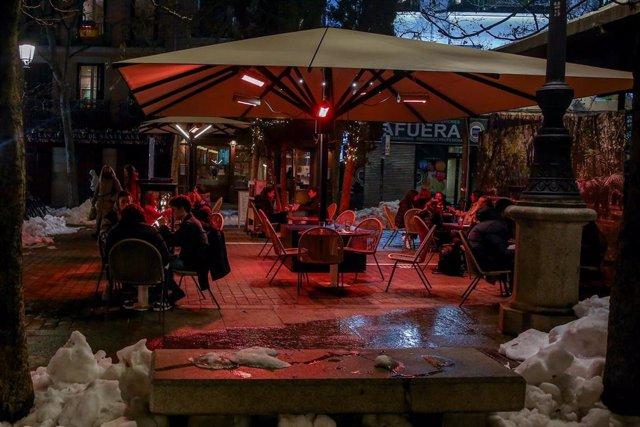 La terraza de un restaurante el día en el que se adelanta el cierre de hostelería a las 22.00h, en Madrid (España), a 18 de enero de 2021.