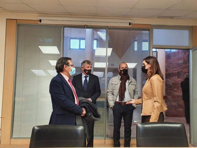 Reunión de trabajo entre la consejera y el alcalde de Arroyo.