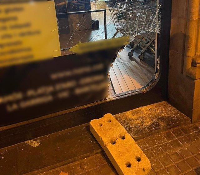 Detenen un home per intentar robar en una botiga de Barcelona amb un bloc de formigó