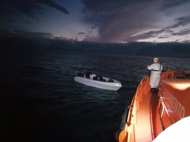 Imagen de la operación de rescate de una patera en alta mar