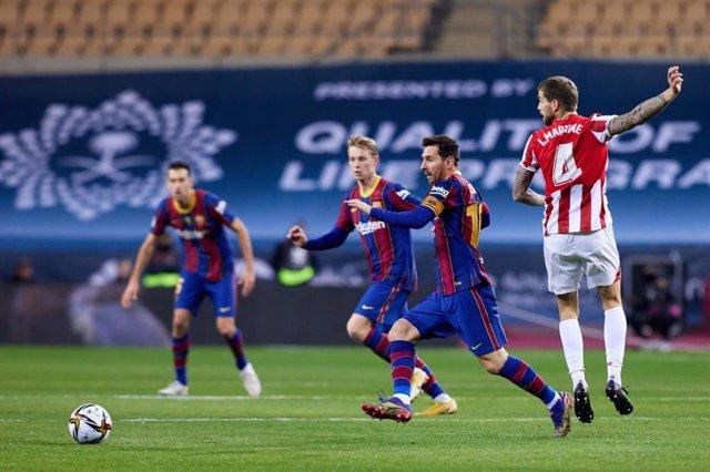 Momento de la final de la Supercopa de España 2021 de fútbol, disputada entre FC Barcelona y Athletic Club, con victoria bilbaína en la prórroga (3-2), en el estadio de La Cartuja de Sevilla