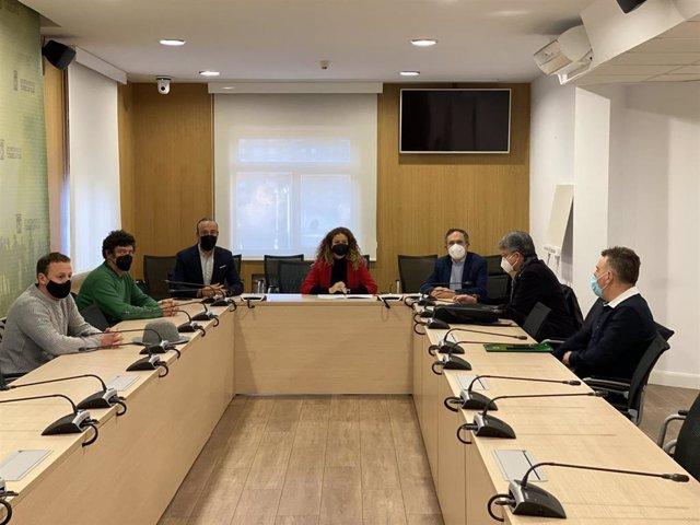 Reunión de la delegada del Gobierno, Ainoa Quiñones; el alcalde de Torrelavega, Javier López Estada; la Asociación de vecinos de Santa María de Barreda y Renfe