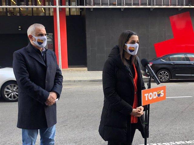 La presidenta de Ciudadanos, Inés Arrimadas, y el candidato de Cs a la Presidencia de la Generalitat de Cataluña, Carlos Carrizosa, atendiendo a los medios de comunicación en Barcelona.