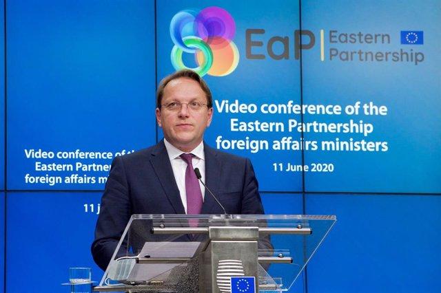 Oliver Varhelyi, comisario europeo de Ampliación, comparece ante la prensa en Bruselas