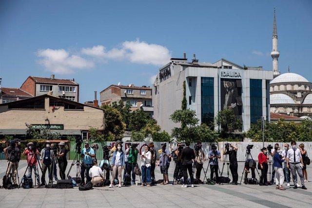 Periodistas esperan frente al juzgado en Turquía al final de la primera sesión del juicio por el asesinato de  Khashoggi.