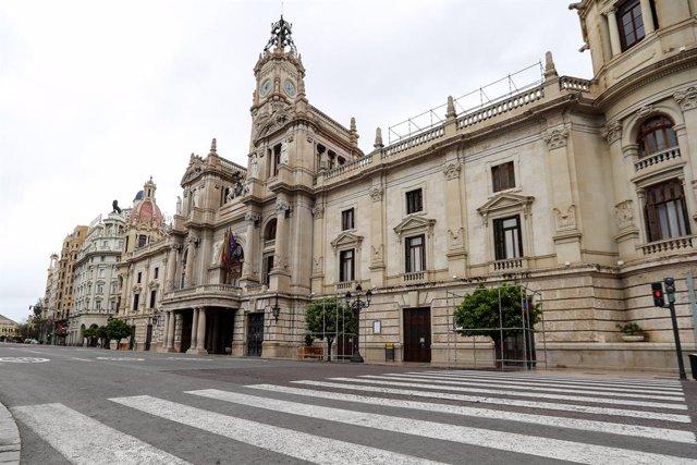 Fachada del Ayuntamiento de Valencia durante el segundo día laborable de la segunda semana desde que se decretó el estado de alarma en el país a consecuencia del coronavirus, en Valencia (Comunidad Valenciana) a 24 de marzo de 2020.