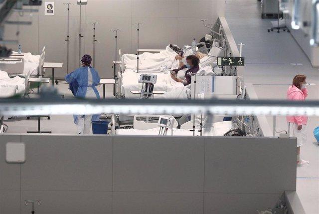 Varios pacientes en el interior de las instalaciones del Hospital Enfermera Isabel Zendal, en Madrid, (España), a 12 de enero de 2021. Hoy es el tercer día que se están administrando vacunas en este hospital después de que la gran nevada causada por la bo
