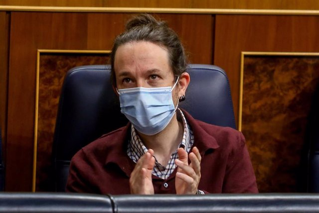 El vicepresidente segundo y líder de Unidas Podemos, Pablo Iglesias, aplaude durante una sesión plenaria en el Congreso de los Diputados, en Madrid (España), a 2 de diciembre de 2020.