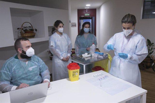 Una enfermera de Atención Primaria del área sanitaria V, Lara Menéndez (1d) prepara la segunda dosis de la vacuna Pfizer-BioNTech contra el coronavirus en el Centro Polivalente de Recursos Residencia Mixta de Gijón.