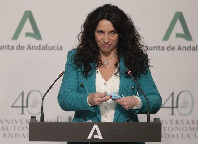 La consejera de Igualdad, Políticas Sociales y Conciliación, Rocío Ruiz, durante su intervención en la rueda de prensa posterior a la reunión del Consejo de Gobierno de la Junta de Andalucía. En el Palacio de San Telmo, Sevilla (Andalucía, España), a 19 d