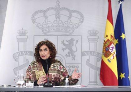 """Montero dice que la financiación autonómica irá """"un poco ajustada"""" en el tiempo e insiste en febrero"""