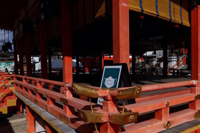 Un rètol indica l'ús obligatori de fer servir mascareta en un temple de Kyoto, el Japó.