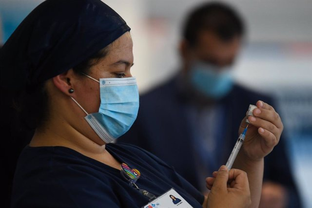 18 January 2021, Chile, Antofagasta: A nurse prepares a Pfizer-Biontech Coronavirus vaccine dose during the vaccination campaign for the medical staff. Photo: Camilo Alfaro/Agencia Uno/dpa