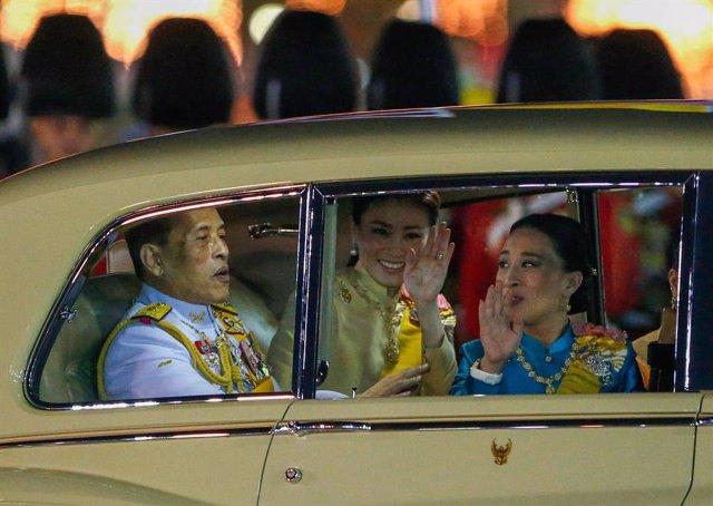 El rei de Tailàndia, Maha Vajiralongkorn, la reina, Suthida Bajrasudhabimalalakshana, i la princesa als afores del Gran Palau.