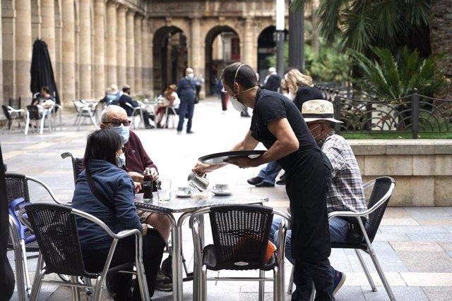 Clientes en una terraza en el centro de Bilbao