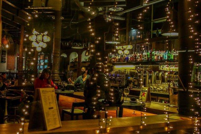 El interior de un restaurante el día en el que se adelanta el cierre de hostelería a las 22.00h, en Madrid (España), a 18 de enero de 2021.