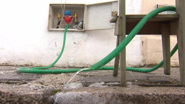 Una manguera que utilizan los vecinos de Colonia del Manzanares para obtener agua.