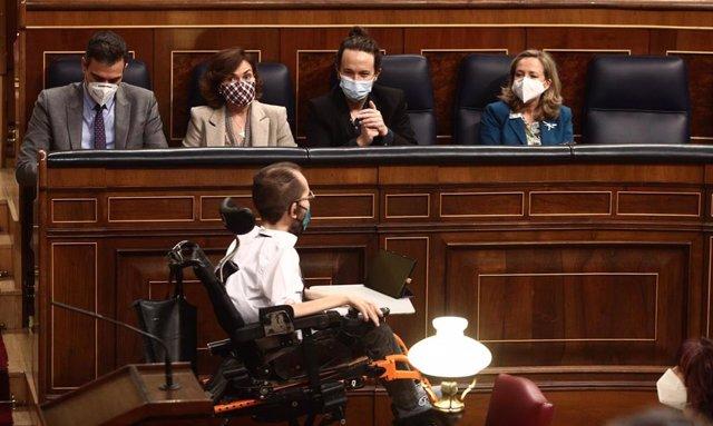 El portavoz de Unidas Podemos, Pablo Echenique (centro); el presidente del Gobierno, Pedro Sánchez (1i) la vicepresidenta primera, Carmen Calvo (2i); el vicepresidente segundo, Pablo Iglesias (2d), y la vicepresidenta tercera, Nadia Calviño (1d).