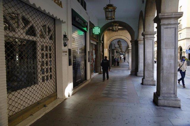 Hostelería del entorno de la Catedral de Granada cerrada (Foto de archivo).