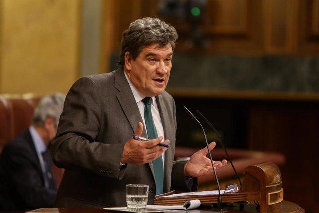 El ministro de Seguridad Social, Inclusión y Migraciones, José Luis Escrivá, interviene durante una sesión de control al Ejecutivo, en Madrid (España), a 16 de diciembre de 2020. Esta sesión de control al Gobierno se celebra tras siete horas de debate sob